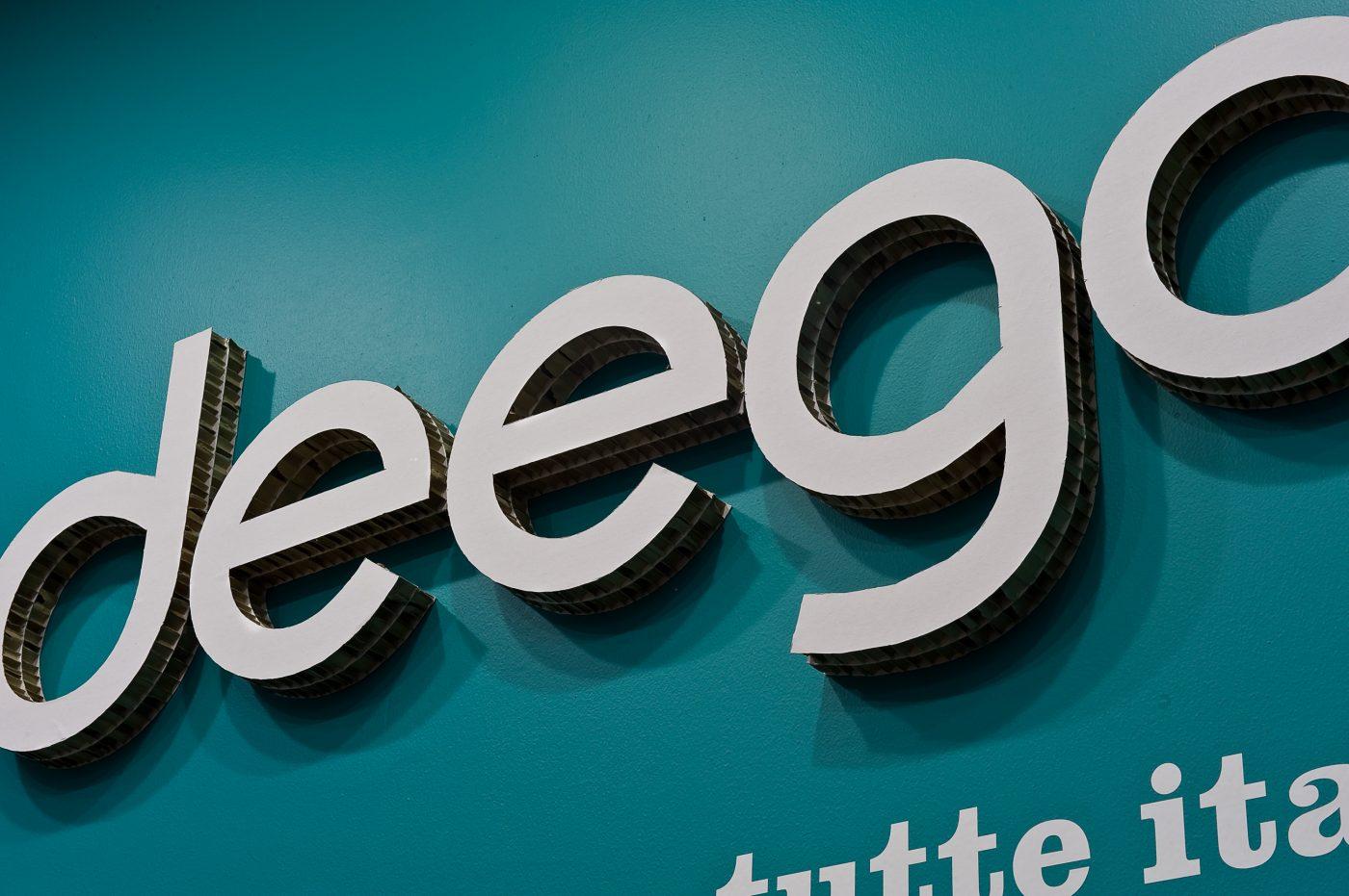 Il cartone arreda il negozio Deego