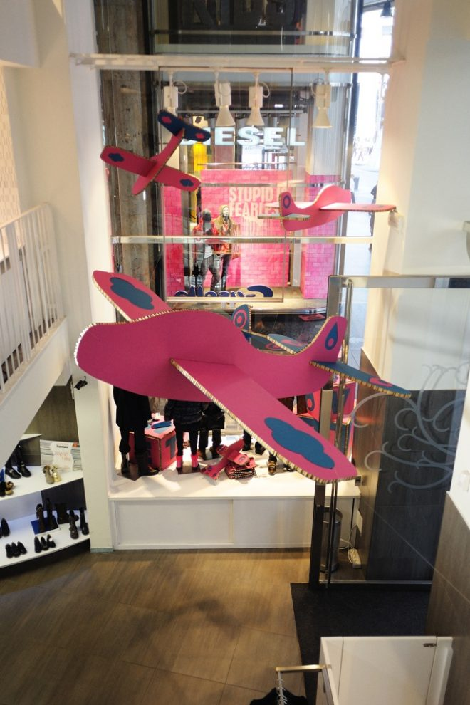 Scenograie in vetrina boutique bimbi