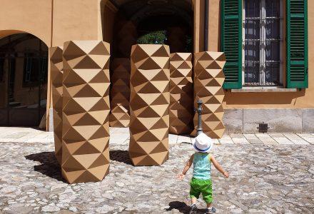 Colonna origami di cartone ondulato